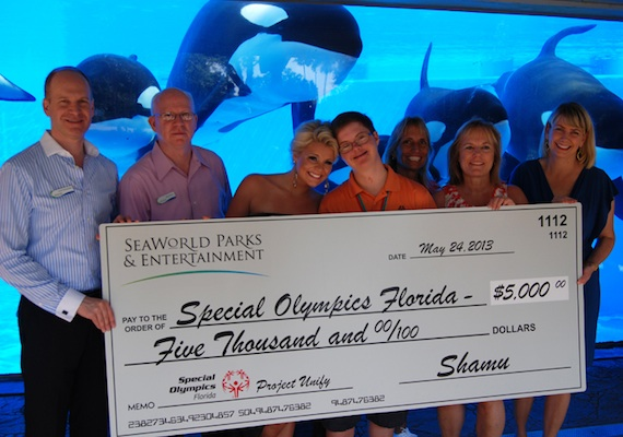 Pictured (L-R): Scott Helmstedter- Chief Creative Officer, SeaWorld, Rusty Harman -  Senior Director, Customer Relations, SeaWorld and Special Olympics Florida Board of Directors, Lauren Alaina, Michael Lindsay – Special Olympics athlete, Laurie Chmielewski – Special Olympics Orange County and Director, Camp Shriver, Susan Lindsay – Special Olympics parent, Sherry Wheelock – President and CEO, Special Olympics Florida.
