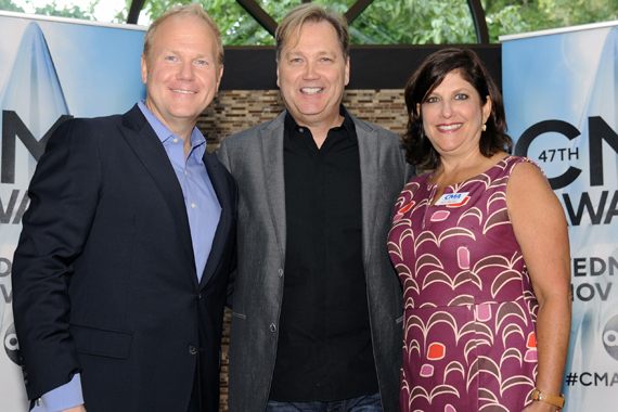 Pictured (L-R): Troy Tomlinson (CMA Chairman of the Board of Directors; Wariner; Sheri Warnke (CMA SVP of Marketing and Communications)