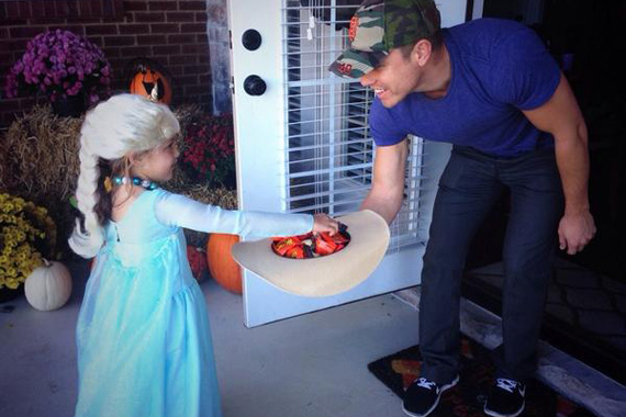 Dustin Lynch and an unidentified trick-or-treater.
