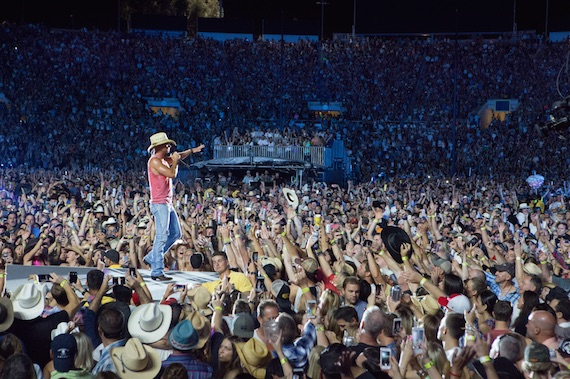 Kenny Chesney plays the Rose Bowl