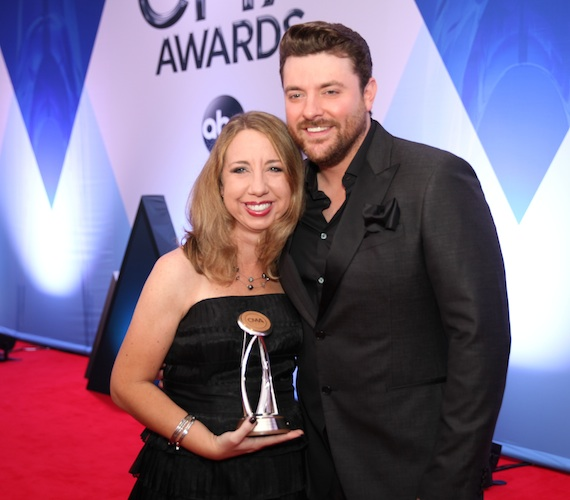 Pictured (L-R): Cindy Watts and Chris Young. Photo: Hunter Berry/CMA