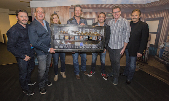Pictured (L-R): Brandon Blackstock, Starstruck Entertainment; John Esposito, Chairman & CEO Warner Music Nashville; Cara Duckworth, VP Communications, RIAA; Shelton; Jonathan Lamy, EVP Communications & Marketing, RIAA; Peter Strickland, CMO, Warner Music Nashville and Narvel Blackstock, Starstruck Entertainment.